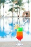 Cocktails colorés sur un fond de l'eau Photos stock