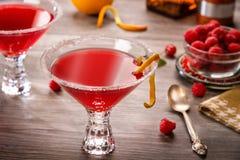 Cocktails cosmopolites dans une barre Photographie stock libre de droits