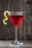 Cocktails cosmopolites sur le bois rustique Photographie stock