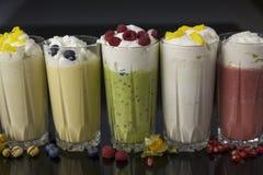 Cocktails délicieux de lait avec de la crème, des framboises, des myrtilles et des fruits Photos libres de droits
