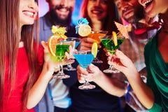 Cocktails dans des mains Image stock