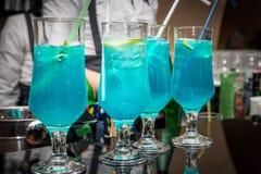 Cocktails dans la barre photos stock
