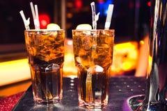 Cocktails dans la boîte de nuit photographie stock