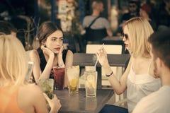 Cocktails de boissons d'amis en café extérieur Images stock