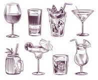 Cocktails de croquis Boisson tirée par la main de cocktail et d'alcool, différentes boissons en verre pour le menu de restaurant  illustration stock