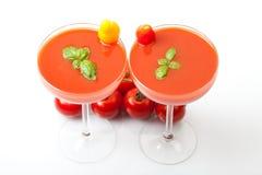 Cocktails de jus de tomates avec le basilic frais sur le fond blanc Images libres de droits