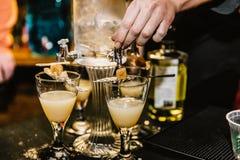 Cocktails de mélange à un événement images libres de droits