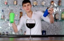 Cocktails de mélange de barman à la barre images stock