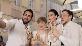 Cocktails de personnes et de fabrication au téléphone photo potables dehors banque de vidéos