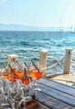 Cocktails de portion par la mer photographie stock