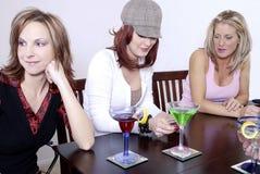 Cocktails de wth de femmes jouant le PO Images stock