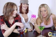 Cocktails de wth de femmes jouant le PO image stock