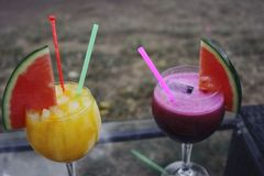 Cocktails in de zomer royalty-vrije stock afbeelding