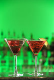 Cocktails in den Martini-Gläsern Stockbild