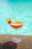 Cocktails dichtbij het zwembad op de zomer Royalty-vrije Stock Afbeelding