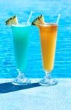 Cocktails dichtbij zwembad stock foto's