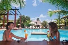Cocktails door de pool Stock Foto