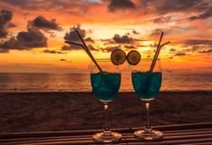 Cocktails en zonsondergangkleur Royalty-vrije Stock Foto's