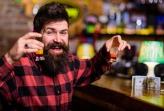 Cocktails et concept d'alcool Le type dépensent des loisirs dans la barre, Photographie stock