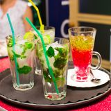 Cocktails et gelée appétissants sur un plateau Photo stock