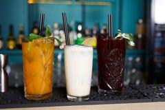 Cocktails exotiques créatifs d'alcool dans la barre de boîte de nuit Photographie stock libre de droits