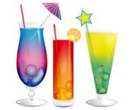 Cocktails exotiques de refroidissement frais avec des glaçons Images stock