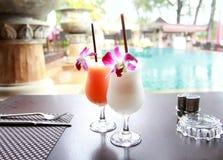 cocktails exotiques sur la table Images stock