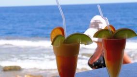 Cocktails exotiques sur le compteur de barre sur le fond de la Mer Rouge clips vidéos