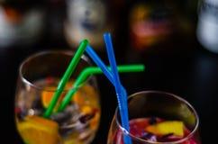 Cocktails frais et régénérateurs basés sur le genièvre, une herba distinctive photographie stock