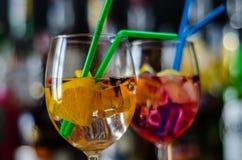 Cocktails frais et régénérateurs basés sur le genièvre, une herba distinctive image libre de droits
