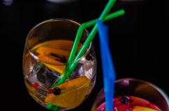 Cocktails frais et régénérateurs basés sur le genièvre, une herba distinctive images stock