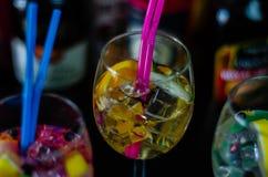 Cocktails frais et régénérateurs basés sur le genièvre, une herba distinctive photo stock
