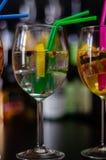 Cocktails frais et régénérateurs basés sur le genièvre, une herba distinctive photos libres de droits
