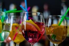 Cocktails frais et régénérateurs basés sur le genièvre, une herba distinctive photographie stock libre de droits