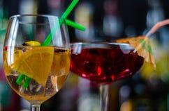 Cocktails frais et régénérateurs basés sur le genièvre, une herba distinctive image stock