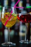 Cocktails frais et régénérateurs basés sur le genièvre, une saveur de fines herbes distinctive images stock