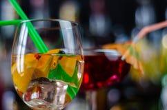Cocktails frais et régénérateurs basés sur le genièvre, une saveur de fines herbes distinctive photos stock