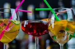 Cocktails frais et régénérateurs basés sur le genièvre, une saveur de fines herbes distinctive image libre de droits