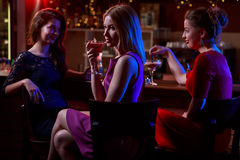 Cocktails im Nachtklub lizenzfreie stockfotos