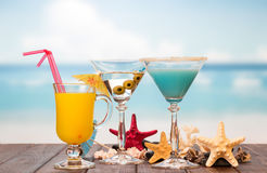 Cocktails juice and starfishes Royalty Free Stock Photography