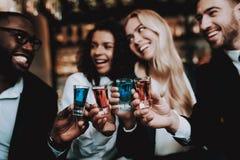 cocktails Junto Meninas e indivíduos Barra descanso imagem de stock
