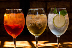 Cocktails : l'aperol spritz, sprizz (spriss), royale de Martini (fond foncé) Vin mousseux Champagne Image stock