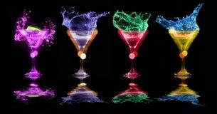 Cocktails lumineux en verres images stock