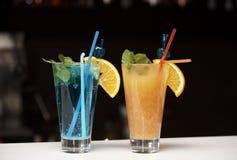Cocktails lumineux sur un compteur de barre images libres de droits