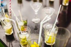Cocktails mit nippendem Stroh auf Tabelle Erneuernde alkoholische nicht alkoholische Getränke stockbilder