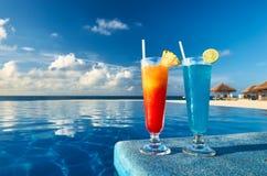 Cocktails nähern sich Swimmingpool stockfoto