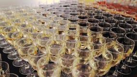 Cocktails op buffetlijst in een luxerestaurant stock footage
