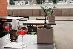 Cocktails op de lijst bij de bar stock foto