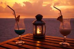 Cocktails op het Maledivische strand stock afbeeldingen