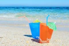 Cocktails op het strand in de zomer royalty-vrije stock foto's